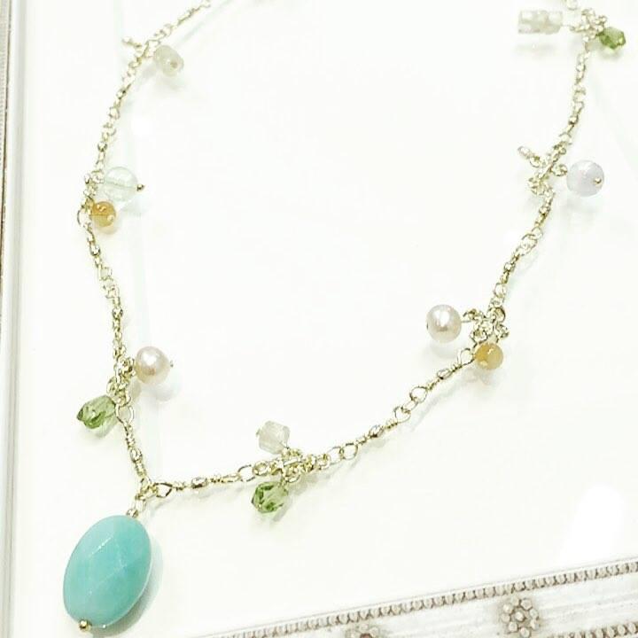 豪華な天然石ネックレス