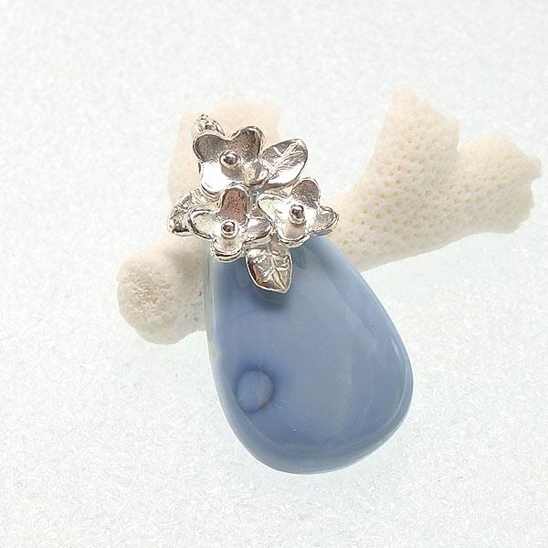 ブルーオパールの小花飾りペンダント